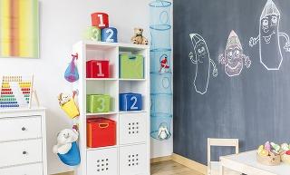 Ak vaše ratolesti milujú kreslenie avy sobavami pred pokreslenými stenami pred nimi schovávate farbičky, máme pre vás riešenie. Tabuľové farby na stenu sú úžasným vynálezom, vďaka ktorému sa vaša stena premení na popisovateľnú plochu.