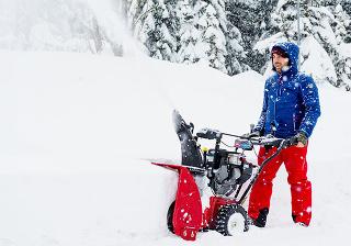 Dobre pripravených Vás nezaskočí čerstvý prašan ani hlboké záveje. Na fotografii snehová fréza Toro PowerMax 826 OE