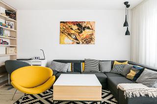 """Obývačke dominuje veľká pohodlná sedačka. Je to miestnosť zariadená na relax adomáci ju nechceli spájať skuchyňou. """"Vkuchyni je veľa hlučných spotrebičov apodľa nás je to rušivé,"""" zhodujú sa Monika sJardom."""