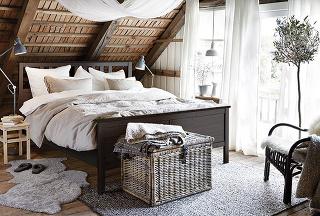 DEKORAČNÝ BALDACHÝN nad posteľou vytvoríte pomerne jednoducho pomocou závesnej tyče, cez ktorú prehodíte záclonu či svetlý záves. Ozvláštni každú spálňu a dodá jej výnimočnú atmosféru.