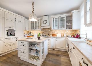 Srdcom domu je vanilková rustikálna kuchyňa, kde sa celkom prirodzene zdržiavajú pán s pani domácou nielen počas varenia, ale aj počas večerných rozhovorov. Prepojená je so záhradou, kde sa nachádza terasa, bazén, vírivka  a altánok.