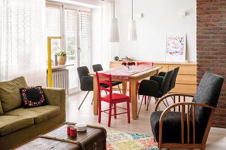 Tradičný interiér tvorila jedna izba, kde sa pripravoval pokrm itrávil čas pri ručných prácach alebo kde sa len tak oddychovalo. Aj vsúčasnej dobe väčšina znás preferuje kuchyňu prepojenú sobývačkou.