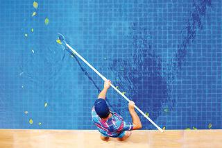 Prvým krokom po dlhej zime bude odstrániť z hladiny bazéna nečistoty. Šikovným pomocníkom je bazénová sieťka na teleskopickej tyči, ktorú určite využijete počas celej sezóny. Na dôkladné čistenie po zimnej sezóne je však potrebná kompletná čistiaca súprav