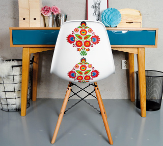 Prakticky iveselo. Stouto farebnou stoličkou sa budete cítiť príjemne iza písacím stolom. Plast, čierny kov abukové nožičky, 83×46×42 cm, výška sedenia 43 cm, 49,90 €, www.sashe.sk/Juliana.tvar