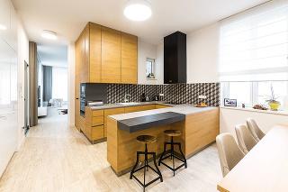 """Pohodlné sedenie je nanajvýš dôležité vkuchyni, ktorá má byť centrom rodinného života. Astoličky od talianskeho dizajnéra Carla Bimbiho (predáva Drevex Prievidza) sú naozaj veľmi komfortné. """"Návštevám sa ani nechce ísť do obývačky,"""" potvrdzuje domáca pa"""