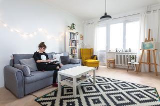Pohovka vobývačke má viacúčelové využitie – je reprezentatívnym miestom pre návštevy, pohodlne sa vnej oddychuje apočas filmových maratónov sa mení na obrovské letisko skopou vankúšov.