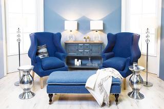 Hovorí sa, že modrá farba symbolizuje pokoj, vyváženosť apohodu. Do interiéru vnáša harmóniu adodáva mu elegantný aslávnostný charakter. Už dávno ale neplatí, že je potrebné sa držať len jedného tónu, naopak, skvelý efekt dosiahnete, ak siahnete po via