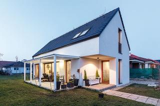 Mladá dvojica – architektka astavebný inžinier – si pre seba navrhla šikovný rodinný domček. Nie zbytočne drahý, sefektívne využitým, ale príjemným priestorom. Taký, aby na neveľkom pozemku ostala čo najväčšia záhrada... Jednoducho dom, vktorom sa bude