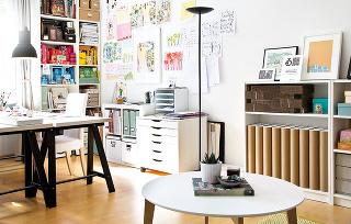 """Denná miestnosť spája obývačku apracovný kútik majiteľky, ktorá ako umelkyňa preferuje slobodný štýl fungovania """"na vlastnej nohe"""", atak má ateliér ikanceláriu priamo useba doma."""