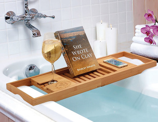 More času. Akeď nie more, aspoň vaňa. Určite spenou aso sviečkami. Pre tie zvás, ktoré neobsedia vtichu abez aktivity ani vo vani, je tu šikovná polička Umbra Aquala. Podrží vám práve rozčítanú knihu ajvychladené víno. Ak nečítate, postačí aj to ví
