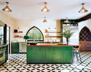 """MEDENÉ MAROKO  Svojrázne oblúky, vyrezávané detaily anádherné farby. Ak sa rozhodnete kuchyni vdýchnuť závan orientu, rozhodne začnite """"od podlahy"""". Dlažba vmarockom štýle využíva opakujúce sa geometrické tvary – kruhy aštvorce sa vzájomne prelínajú a"""