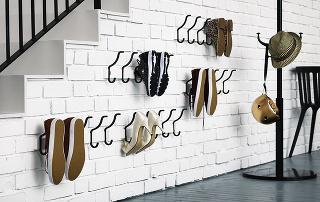 Kam snimi? Možností je niekoľko – môžete si pre ne vyčleniť klasickú skrinku na topánky, no rovnako dobre poslúžia aj obyčajné vešiaky na kabáty. Dôležité je len jedno – udržať ich vo vzduchu apokiaľ možno vo dvojici.