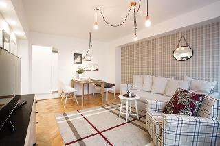 Nezvyčajná súhra kocky, švédskeho dizajnu amedených doplnkov vytvorila kúzelnú domácnosť. Sama majiteľka by sa do takejto kombinácie neodvážila. Návrh interiéru celkom ponechala na šikovnú architektku atoto rozhodnutie neľutuje ani dnes.