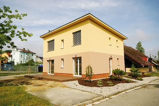 Príklad zpraxe Experimentálny rodinný dom Triumf, ktorý stojí vČeských Budějoviciach, je postavený ztehál HELUZ Family 2in1 50 vyplnených polystyrénom, bez dodatočného zateplenia.