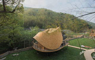 Drevený dom s unikátne riešenou strechou