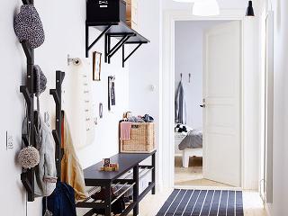 TJUSIG, masívne drevo,  19 × 78 × 7 cm, možnosť zavesiť 2 vešiaky nad seba,  aj biely, 8,99 €, IKEA