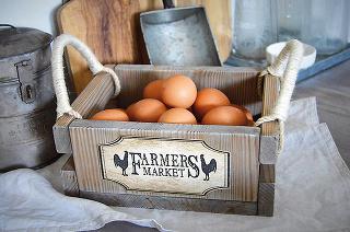 Farmárska debnička, smrek, patina, rúčky zo špagátu, 23,5 × 18,5 × 10 cm, 27 €, www.sashe.sk/Danao