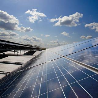 Výroba elektrickej energie zo slnečného žiarenia za pomoci solárnych panelov bola donedávna vnímaná ako ekologická, ale komplikovaná a pomerne nevýhodná cesta.