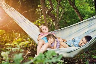 Hojdačka je vždy dobrou investíciou. Zabavia sa na nej rovnako deti idospelí. Hojdacia sieť či hamak sa dá jednoducho zvesiť aodložiť.
