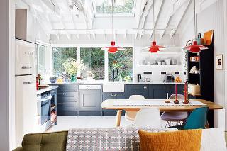 Kuchyňa plná svetla. Svetlý drevený obklad navodzuje pocit útulnosti azároveň vzdušnosti, nabielo natretý krov podporuje jednotný vzhľad priestoru aopticky ho zväčšuje.