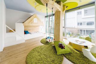 Štýlová detská izba by mala prinášať kus dobrého vkusu arozprávkový dizajn bez závanu gýča. Dominantou tejto originálnej izby je strom shojdačkou, ktorý je vyrobený zborovicovej preglejky rovnako ako domček sposchodovou posteľou.