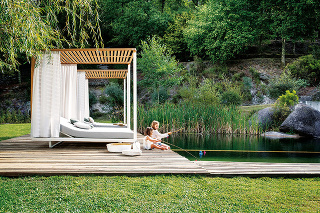 Druhá obývačka. Pokiaľ je počas teplých mesiacov záhrada vaším druhým domovom, rozhodne na kvalite záhradného nábytku nešetrite. Dbajte na dostatočné tienenie, pravidelné ošetrovanie avopred si premyslite, kde aakým spôsobom nábytok uskladníte do ďalšej