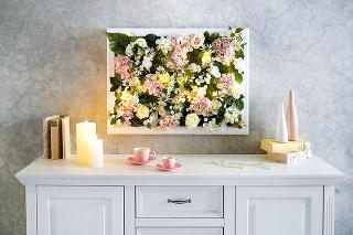 Kvetinový obraz so svetlami premení každú izbu na čarovné miesto – vynímať sa bude nad komodou v obývacej izbe alebo nad posteľou v spálni. foto MÖBELIX