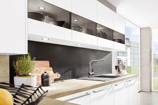 RELIÉFNY POVRCH bezpochyby spestrí každý priestor, kuchyňu nevynímajúc. Čistú bielu kuchynskú linku Fanny od značky Siko doplňte čiernou zástenou s3D povrchom, kontrast týchto dvoch farieb vytvorí elegantný dojem.
