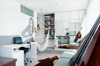 5 IZIEB NA 33 m. Na malú plochu sa podarilo dizajnérkam vtesnať kuchyňu, jedálenský kút, obývačku, spálňu aj pracovňu. Miesto si tu našla dokonca ivysnívaná hojdačka, vktorej si majiteľ rád prečíta knihu.