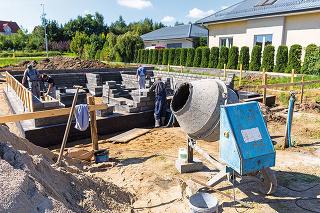 Vaša novostavba môže narobiť problém susedom. Ak je založená vo väčšej hĺbke ako susediaca staršia stavba, treba zabezpečiť stabilitu staršieho objektu.