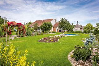 Rozložitá záhrada, ktorá má až neuveriteľných 13 árov, sa pri vstupe na pozemok nezdá až taká veľká. Postupne však odkrýva svoje zákutia aaž pri prechode od domu apopri terase sa ukáže vcelej svojej kráse.