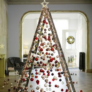 Aj to sa stáva. Mnohí sa sťahujeme alebo renovujeme naše bývanie práve na prelome rokov. Nezúfajte avyužite, čo máte. Rebrík, na ktorom ste ešte včera maľovali, môže dnes poslúžiť ako famózny vianočný stromček. Po sviatkoch stačí gule odložiť do škatuľky