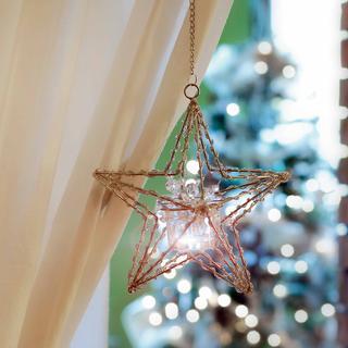 Svietnik Laya v tvare hviezdy z kovu a kryštálikov. Cena 13,95 € (420 Sk). Predáva Casamia.