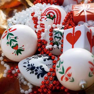 Červená, biela, zelená – naozaj veselá a optimistická kombinácia ozdôb, vďaka ktorým pohľad na vianočný stromček vyvolá úsmev a dobrú náladu.