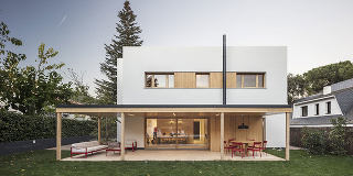 """Veľký dom nemusí byť nápadný ani """"dusiť"""" záhradu"""