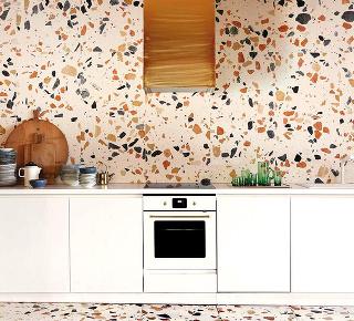 STARŠIA KUCHYŇA nemusí byť vôbec fádna, keď na steny apodlahu použijete pestré farebné terazzo. Dokonale oživí kuchynskú linku, nehovoriac otom, že jej údržba bude naozaj jednoduchá.