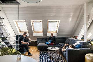 Všetky tri byty sú vprincípe podobné – na spodnom vstupnom podlaží je otvorená denná zóna sobývačkou akuchyňou, na hornom sa nachádza spálňa skúpeľňou.