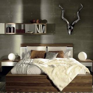 Zemité tóny, krása dreva v kontraste s drsným vzhľadom stien a uvoľnenosť v dekoráciách – smer trendov v zariaďovaní spálne. A horúcim hitom sú parohy, samozrejme ako dekorácia na stene. (foto: Merito)