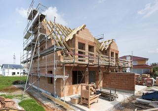 Všetky novopostavené rodinné domy na Slovensku musia od januára 2016 spĺňať podmienky energetickej triedy A1 (ultranízkoenergetické), ich obvodové steny by mali mať súčiniteľ prechodu tepla U ≤ 0,22 W/(m . K). Po roku 2020 sa už budú môcť u nás stavať len