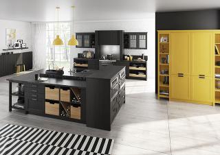 Kuchyňa má byť v obytnom priestore neviditeľná. Na tomto riešení vidíte, že ani nemusí byť uzavretá za roletami či dverami skrini. Postačí vybaviť miestnosť nábytkom v jednotnej farbe a dizajne. Veľký ostrov s umývacou zónou je z troch strán obklopený náb