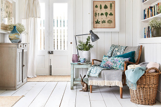 Doplnky v príbuzných farebných odtieňoch zjednotia aj zdanlivo nesúrodé kúsky nábytku.