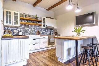 Vidiecky minimalizmus Celý dom je zariadený veľmi jednoducho. Až na pár doplnkov, ktoré dotvárajú atmosféru, tu nie je nič zbytočné, nič, čo majitelia nepotrebujú anepoužíva sa.