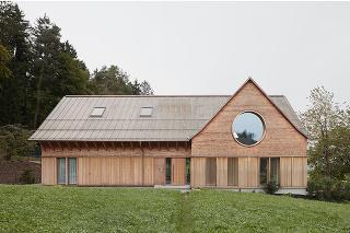 U našich susedov postavili nápadité bývanie: Tri veľké okrúhle okná ako oči domu