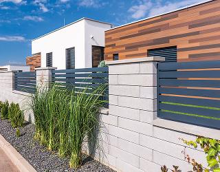 Čistá biela elegancia. Taký je plotový systém Rivago – novinka od firmy Semmelrock. Shladkou pohľadovou stranou aneutrálnym vzhľadom sa hodí ku každej architektúre.