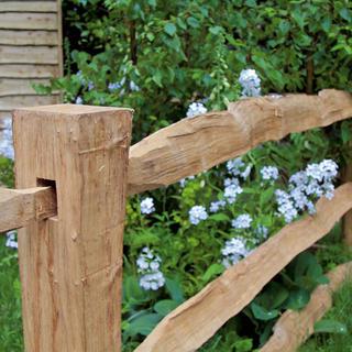 Drevený plot patrí medzi materiály najviac náročné na ďalšiu údržbu.