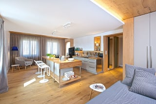 Veľký denný priestor je opticky rozdelený na menšie zóny. Pre celý interiér je typické využitie dreva, ktoré do podhorskej oblasti jednoducho patrí.