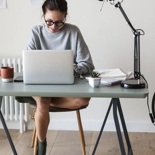 PRI ZARIAĎOVANÍ domácej pracovne by ste nemali zabúdať ani na dekorácie adoplnky, ktoré miestnosť zútulnia. Trávite vnej predsa pomerne dosť času, tak nech sa vnej cítite príjemne.