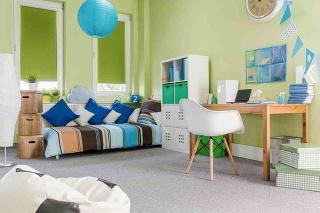 Detská izba by mala byť podľa možnosti situovaná vdome čo najďalej od rušivých vplyvov. Ďalej od kuchyne či obývačky, vktorých býva večer rušno, no vblízkosti rodičovskej spálne. Ideálny je juhozápad až juhovýchod – izba tak získa dostatok svetla, ktor