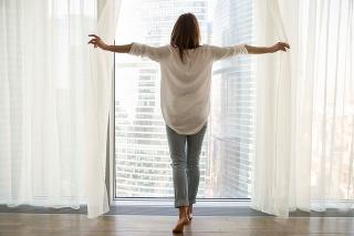žena pri okne