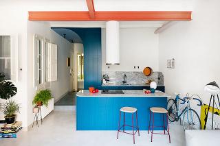 modrá kuchyňa s barovými stoličkami